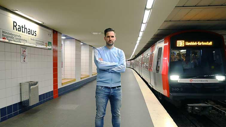 """Hamburg U-Bahnhof Rathaus, Schauplatz der Eröffnungsszene des Hamburg-Krimis """"toi, toi, TOT!"""""""